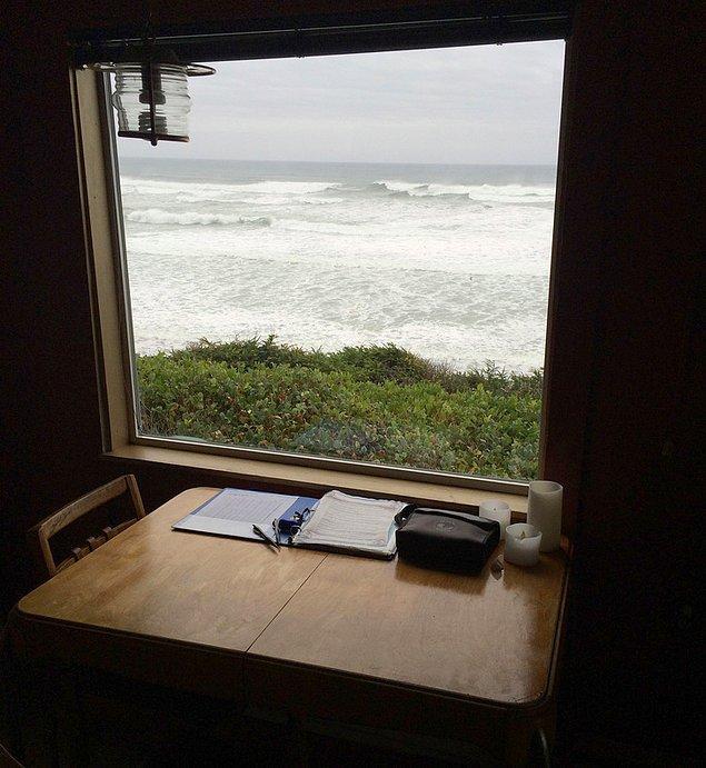"""19. """"2015 yılında eşimi kanserden kaybettim. Balayımızı Oregon sahillerindeki bu kulübede geçirmiştik. Vefat etmeden önce benimle yine okyanusu görmek istediğini söyledi. O zaman gidememiştik. Evlilik yıl dönümümüzde yine aynı kulübeye gittim ve küllerini okyanusa dağıttım. Burası bizim evimiz gibiydi."""""""