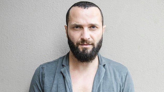 """İki isim bugün hakim karşısına çıktı. Duruşmada kimlik tespiti sırasında Arda Turan profesyonel futbolcu olduğunu belirterek aylık gelirinin 300 bin euro olduğunu belirtti, Berkay Şahin ise şarkıcı olduğunu söyledi ve """"Aylık gelirim bin lira"""" dedi."""