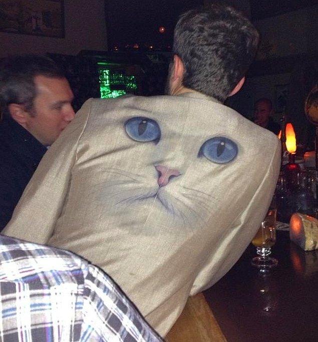 """8. """"Şuradaki kedi bütün gece bana gözlerini dikip baktı."""""""