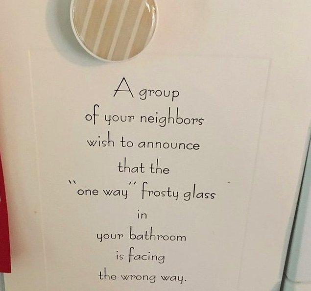 """14. """"Kız kardeşim ve eşi küçük bir kasabada yaşıyorlar, eve geldiklerinde kapılarında bu not varmış."""""""
