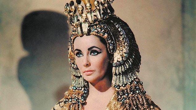3. Ailesinin yüzyıllarca Mısır'ı yönetmesine rağmen, Kleopatra ailesinde Mısırca öğrenen ilk kişidir.