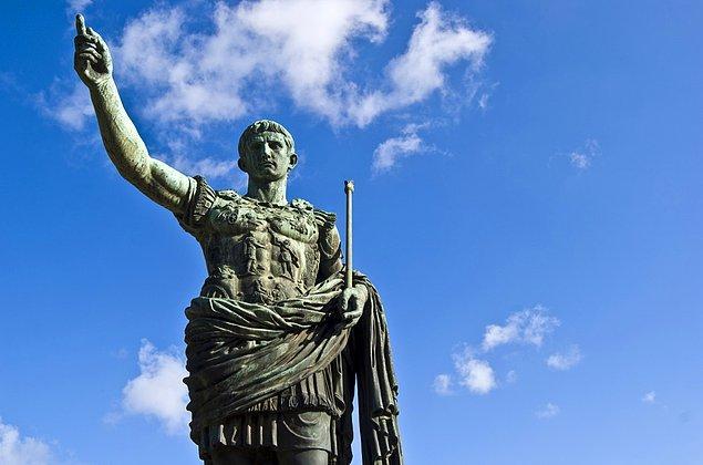 6. Julius Caesar'ın ordusu bir keresinde yandan saldırma manevrası yapmak için ikiye ayrılmış, sonrasında ayrılan gruplar saatlerce birbirini yenmeye uğraşmıştır.