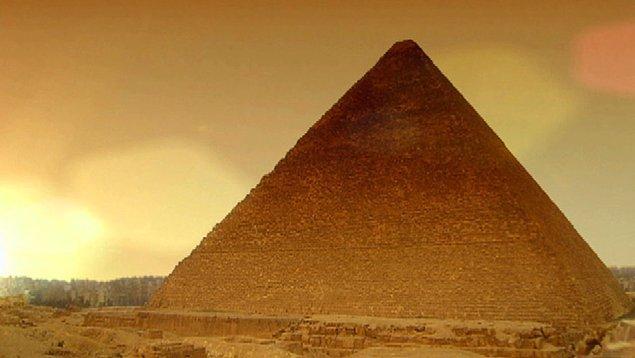 19. Piramitler aslında tamamen beyaz mermerle kaplıydı ve başlarında 24 ayarlık altından yapılma şapkalar vardı.
