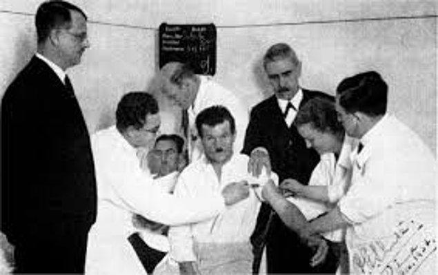 20. 1927'de Avusturyalı doktor Julius Wagner-Jauregg, frengiyi hastalara sıtma bulaştırarak tedavi ettiği için Nobel Ödülü kazanmıştır.