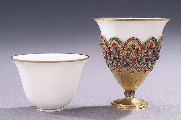"""22. Kahve bardağınızın etrafını saran kağıt tutacağın adı """"Zarf'tır"""" ve başka bir şekilde 800 yıldan beri varlığını sürdürmektedir."""