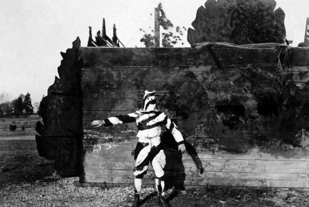 11. 1. Dünya Savaşı'nda ağaçlara tırmanan askerlerin giymesi için geliştirilmiş siyah-beyaz kamuflaj kıyafet.