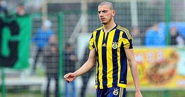 5 Mart 1998'de Kocaeli'de doğan Merih futbol kariyerine gençlik kulübü olan Karamürsel Idmanyurduspor'da başladı. Daha sonra Fenerbahçe'nin alt yapısına katılan 1.92 boyundaki Merih düzgün fiziği, agresif oyun tarzı ve atletizmiyle dikkat çekiyor.