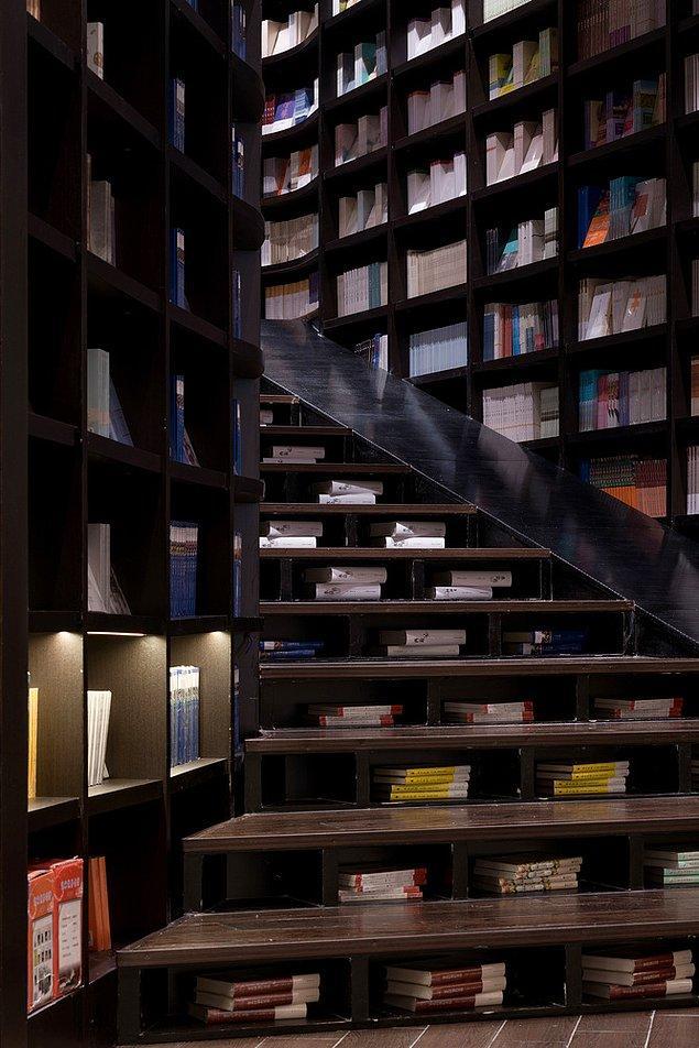 Shanghai dükkanındaki kitap rafları, okuyucuların oturması ve dinlenmeleri için merdivene dönüştürüldü.
