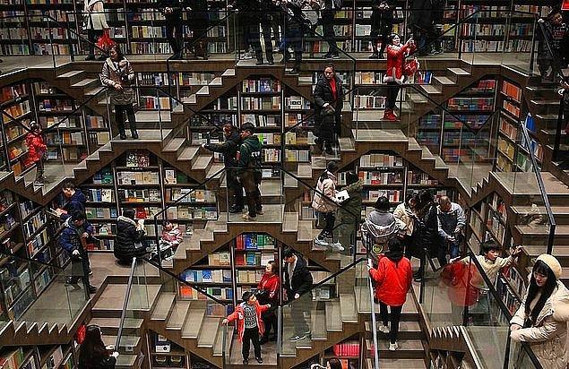 Odalar arası yukarı ve aşağı giden merdivenler, duvarlarda bulunan binlerce kitap kadar ilgi çekiyor.