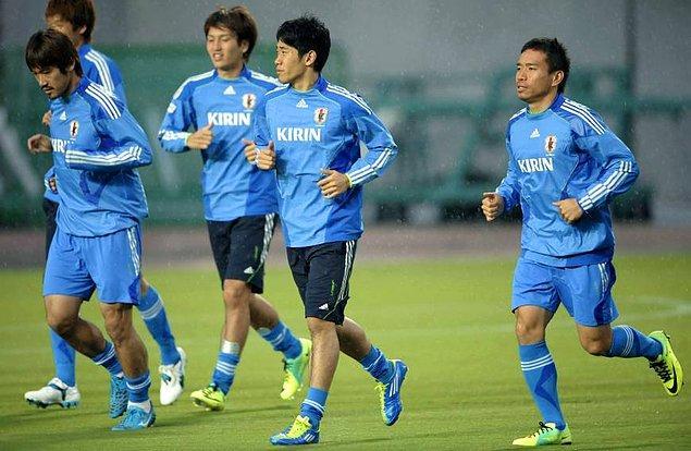 Japonya'nın Kobe şehrinde 1989 yılında dünyaya gelen yıldız futbolcu, henüz 5 yaşındayken Marino FC'de futbol oynamaya başladı. Buradan 1999 yılında ayrılan Kagawa, 2005 yılına kadar sırasıyla Kobe NK FC ve Miyagi Barcelona'da forma giydi.