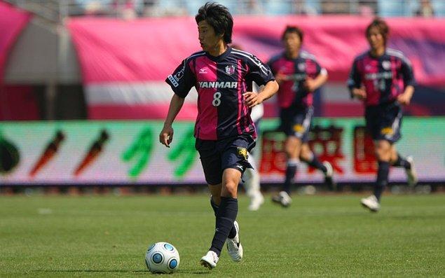 Yeteneklerinin fark edilmesiyle 2006'da formasını giymeye başladığı Cerezo Osaka'da, lise eğitimini tamamlamadan profesyonel sözleşme imzalaması ile ülke tarihine geçti.