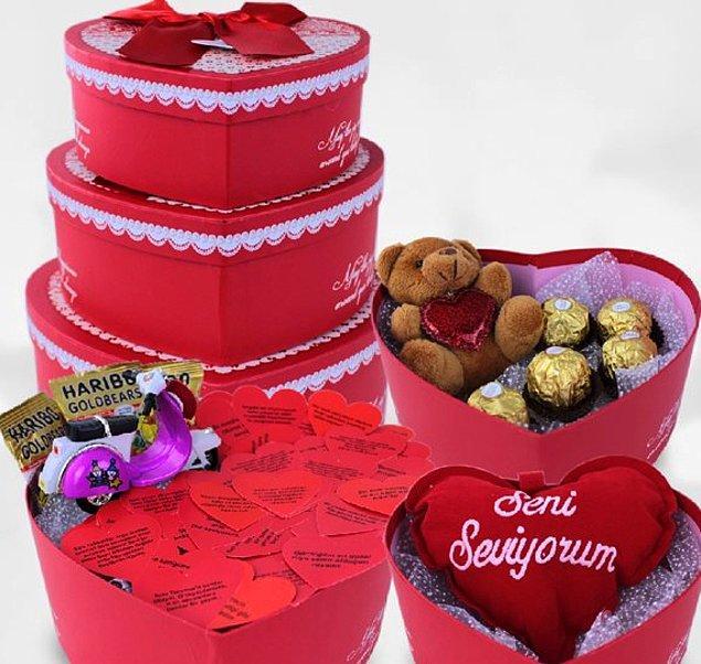 6. Çok tatlı! Daha da çok tatlı bir Sevgililer Günü için: Sevimli Vespa Tatlı Aşk Kulesi.