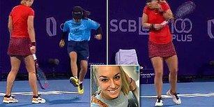 Tenisçinin Raketle Uzaklaştırmaya Çalıştığı Böceği Ayağıyla Ezen Top Toplayıcıdan Şoka Uğratan Hareket!