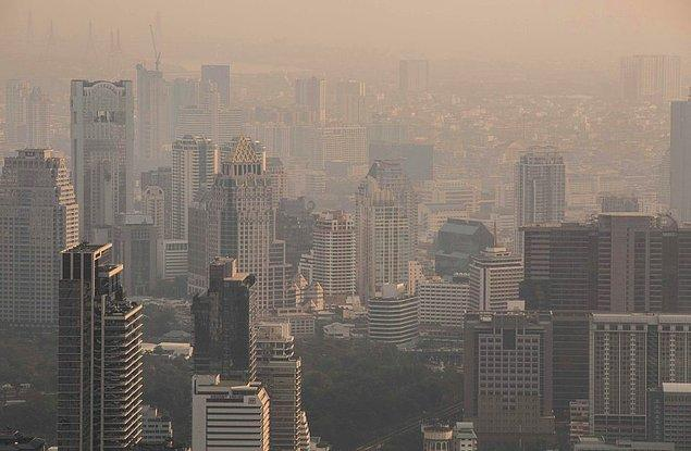 Tayland'ın başkenti olan Bangkok bir süredir havaya yayılan kirli gazlarla örtülüydü. Haftalardır geçmeyen bu gazlar insanlara zarar vermeye başladı.