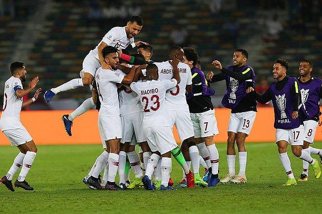 Finalde favori Japonya karşısına çıkan Katar'ın ilk yarıdaki gollerini 12. dakikada Almoez Ali, 27. dakikada Abdulaziz Hatem kaydetti.