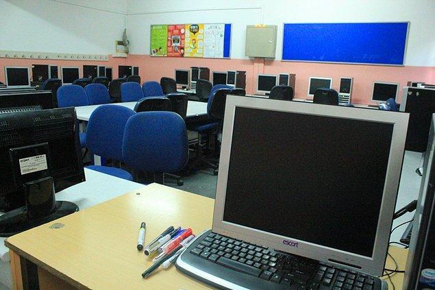 Bilgisayar odasında Feride hoca bilgisayarlara format atıyor. Sana burada ne yaptığını sordu: