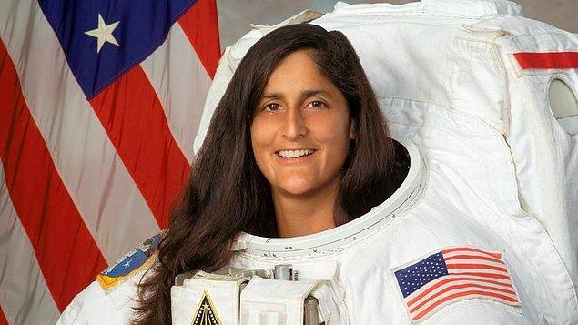 """2007: Amerikalı astronot Sunita Williams, Uluslararası Uzay İstasyonu'nun soğutma sistemini tamir etmek amacıyla yaptığı 22 saat 27 dakikalık uzay yürüyüşle """"en uzun uzay yürüyüşünü yapan kadın"""" oldu."""
