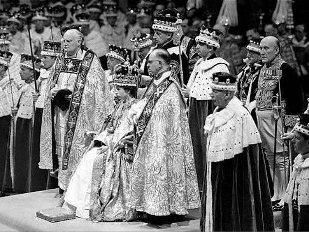 1952: II. Elizabeth, babasının ölümü üzerine Birleşik Krallık Kraliçesi oldu.