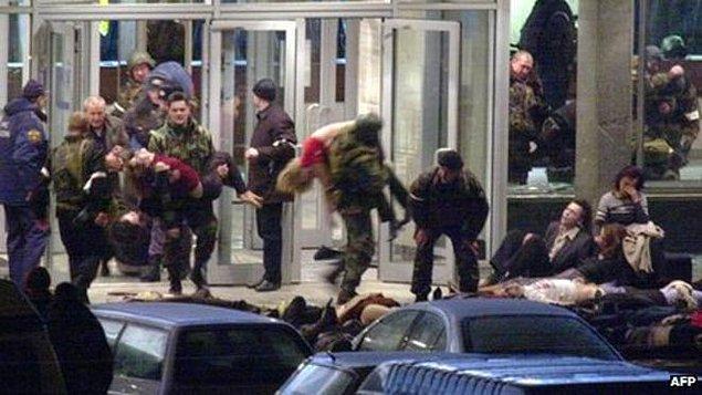 2004: Moskova metrosunda patlama; Çeçen ayrımcı grupların yaptığı tahmin edilen saldırıda 40 kişi öldü, 129 kişi yaralandı.