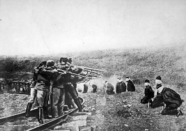 1942: Hırvat Naziler, Banja Luka'da aralarında 551 çocuğun da bulunduğu 2 bin 300 sivil Sırbistanlıyı katlettiler.