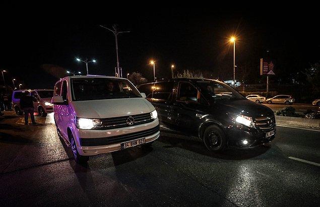 Gruptakilerin araçlarına binerek konvoy halinde bölgeden ayrılmasının ardından trafik normale döndü.