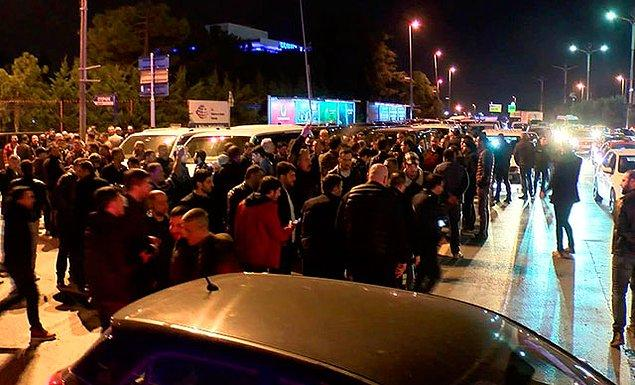 Eylem nedeniyle oluşan araç trafiği bir süre tek şeritten sağlandı.