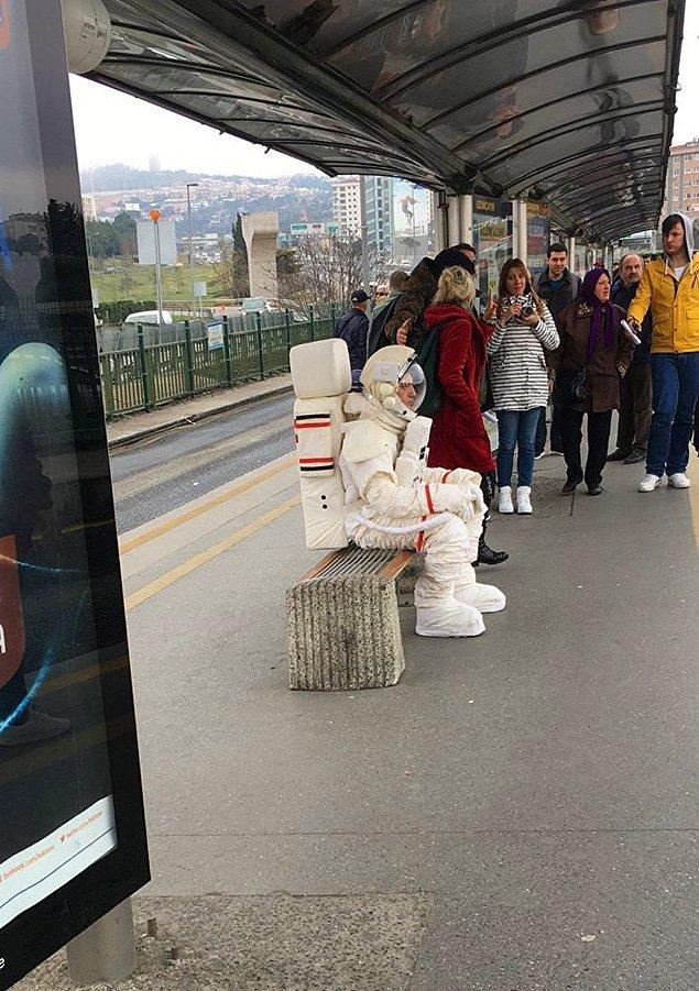 İnsanların şaşkın bakışları arasında metrobüse binen adamın neden böyle giyindiği, metrobüs ile nereye gittiği, ne yapmak ve nereye varmak istediği anlaşılamadı.