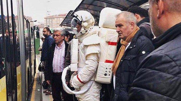 Astronotun neden durakta olduğunu açıklamayan Yeşilay, sorunun cevabı için ise 9 Şubat'ı bekleyin dedi.