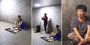 Önce İnsan Olmak Önemli: Yere Kurduğu Tezgahında Bir Şeyler Satmaya Çalışan Kadına Müzik Yaparak Destek Olan Güzel İnsan