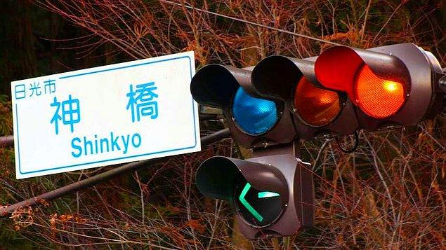Yaya geçidi kullanım kültürünün oluşmasına yönelik yaya geçitlerine mavi trafik lambası konulması