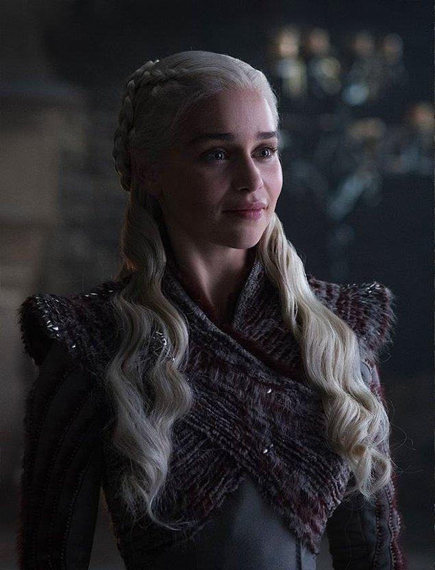Kraliçe Daenerys Targaryen rolünü canlandıran Emilia Clarke ise beyaz saçlarıyla geri dönüyor.
