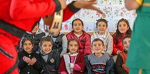 Karlı Yolları Aşıp Köylerdeki Öğrencileri Tiyatro ile Buluşturuyorlar: 'Çocuk Gülerse Dünya Güler'