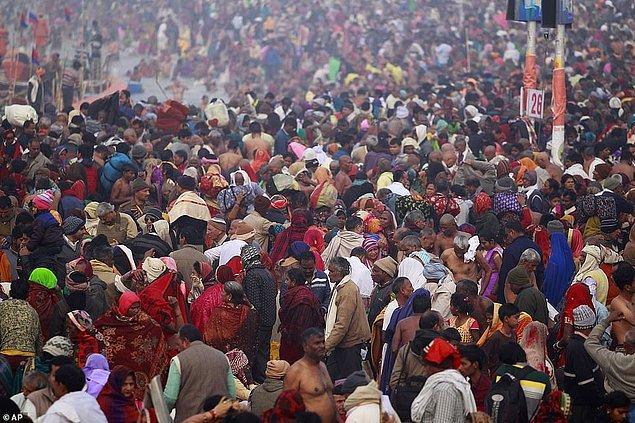 Yalnızca yıkanılan ilk günde 22 milyon kişinin Prayagraj şehrindeki (eski adıyla Allahabad) seramonilere katıldığı tahmin ediliyor.