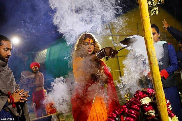 Bir Kinnar Akhara üyesi ritüel gerçekleştiriyor.