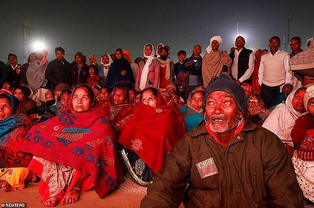 Festival sırasında yayınlanan dini film kalabalık tarafından izleniyor.