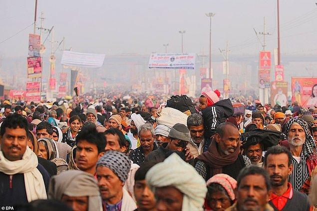 Sangam Nehri'ne gelen Hindular.