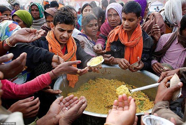 Festival sırasında yemek dağıtımı yapılıyor.
