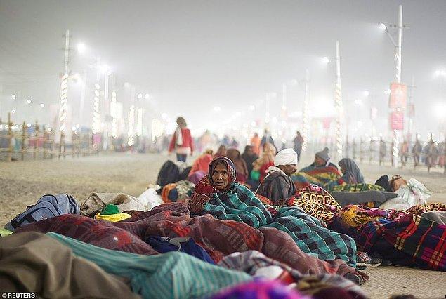Ganj Nehri kıyılarında uyuyan insanlar.