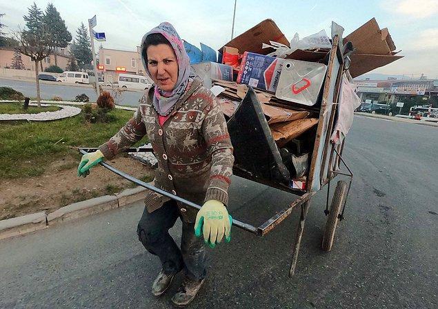 52 yaşındaki Hanife Akdemir, sabah saatlerinde sokak ve sanayi bölgelerinde atık malzeme alanlarını dolaşıyor.