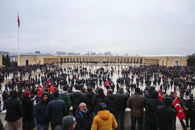 İstanbul, İzmir, Kocaeli, Bursa ve Kayseri gibi şehirlerden gelen on binlerce EYT'li, Anıtkabir'i ziyaret etti.
