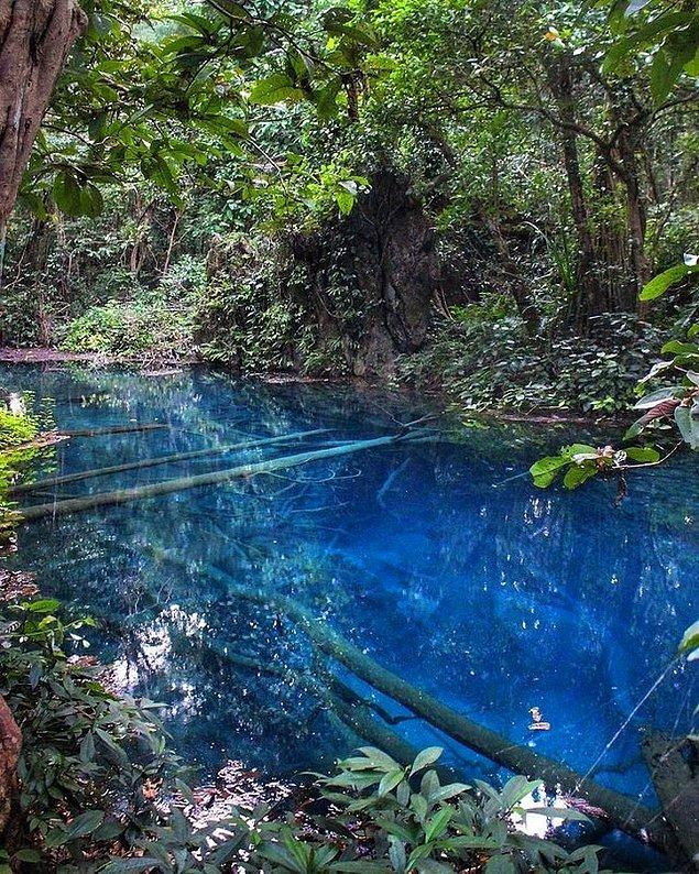 Suyu mavi olan gizemli bir gölet.
