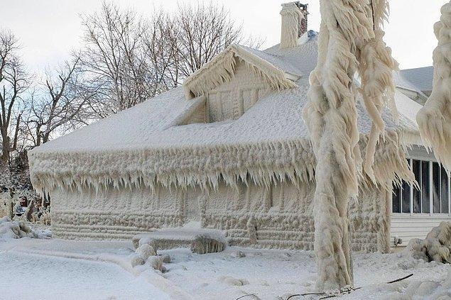 Bir buz ev.