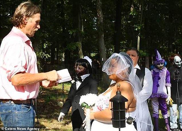 13 yaşında aldığı bebekle dünyaevine giren Felicity'ye düğün masrafları 500 dolara mal oldu.