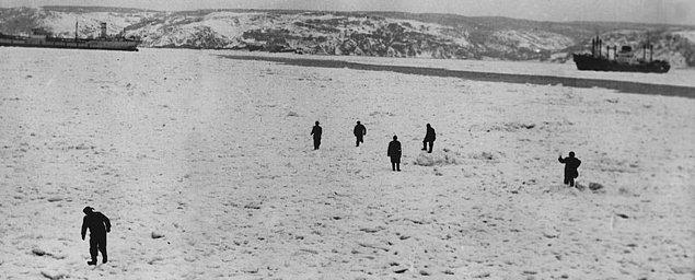 1954: Tuna Nehri'nden Karadeniz'e, oradan da İstanbul Boğazı'na inen buz parçaları, tabakalar halinde tüm Boğaz'ı ve limanı kapladı; deniz trafiği durdu.