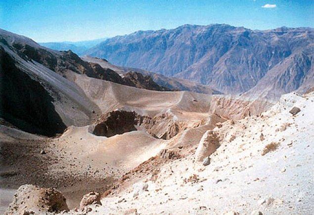 1600: Peru'daki Huaynaputina yanardağı, Güney Amerika tarihindeki en şiddetli patlamayla püskürdü.