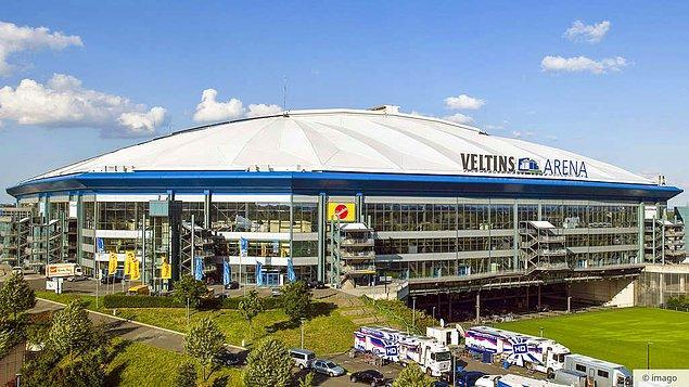 10. Almanya'daki büyük bir futbol sahası olan Veltins Arena'daki barlar 5 kilometrelik bir bira borusuyla birbirine bağlıdır.