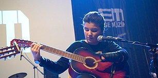 Tek Eliyle Hayaline Tutundu: 11 Yaşındaki Nuriye, Gitar Performansıyla Alkışları Topladı