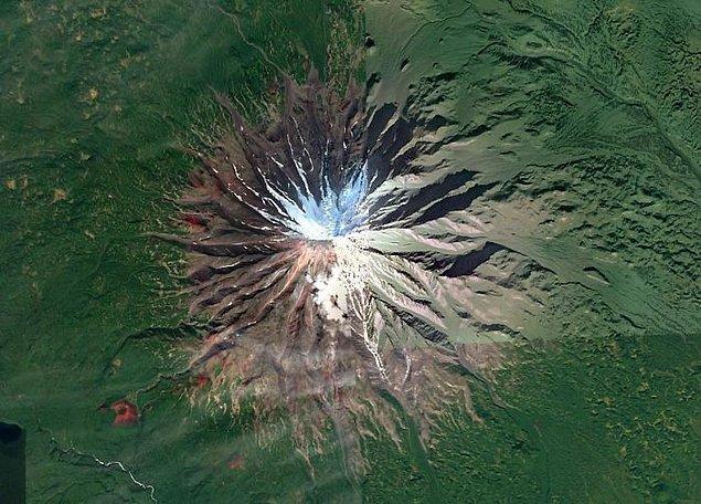"""2. """"Rusya'daki Kamçatka Yarımadası'nda güzel bir simetrik volkan. Yanlardaki tuhaf kırmızı kül konilerine bakın."""""""