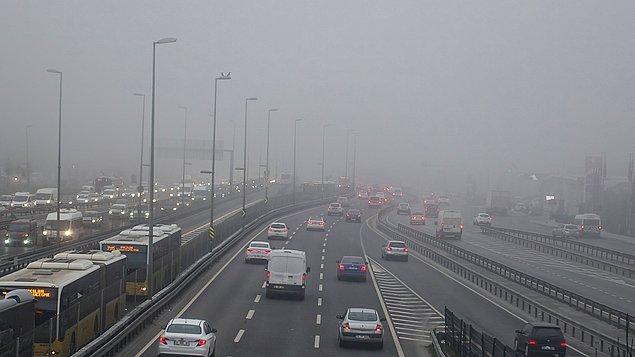 Yoğun sis nedeniyle kentin çeşitli bölgelerinde görüş mesafesi 10 metreye kadar düştü.