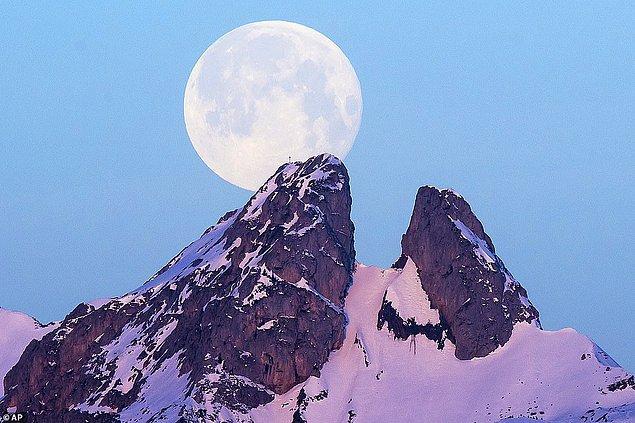 2. Ay, İsviçre'de bulunan Les Jumelles Dağ'ının ardından yükseliyor.